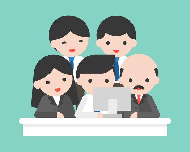 Bedrijfseigenaar en commercieel team die het computerscherm bekijken