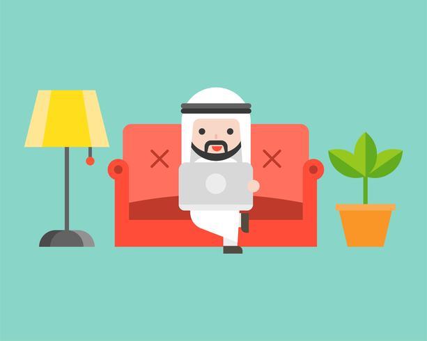Uomo d'affari arabo che utilizza computer portatile sul sofà di lusso, progettazione piana