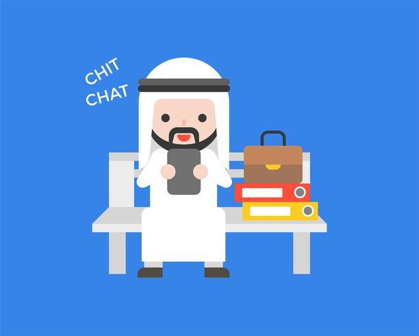 Homme d'affaires arabe assis sur un banc jouant de téléphone portable, design plat