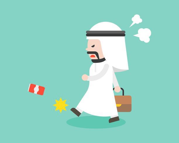 Empresario árabe enojado caminando y pateando puede, personaje de diseño plano