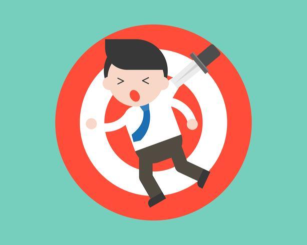 Geschäftsmann, der an der Dartscheibe wegen des Messers, Geschäftskrisensituation hängt