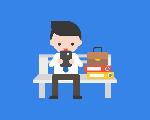 El hombre de negocios se sienta en el banco que juega el teléfono móvil, diseño plano vector
