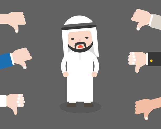 Leuke Arabische zakenman droevig omdat de mensen duimen neer op hem
