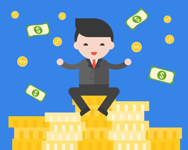 Zakenmanzitting op stapel gouden muntstukken, succesvol jong ondernemersconcept
