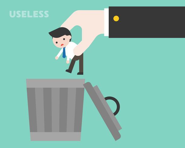 Grote bedrijfshand die kleine zakenman werpen aan afvalbak, nutteloos persoonconcept
