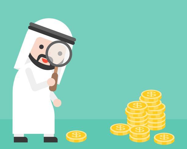 Hombre de negocios árabe lindo que mira el dinero a través de la lupa