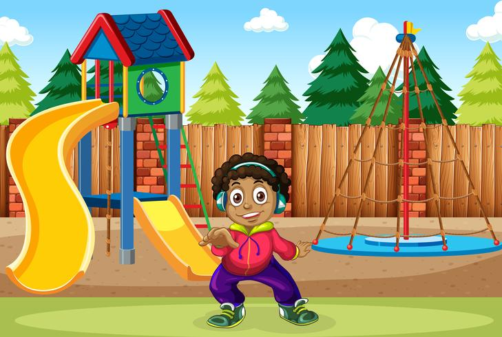 Un ragazzo ascolta musica al parco giochi