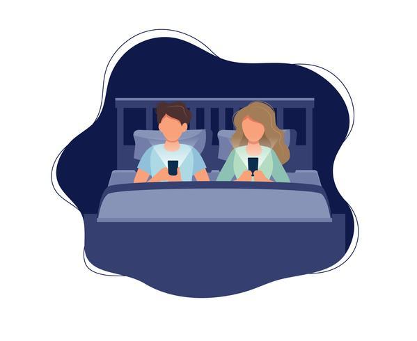 Coppia sdraiata a letto con i telefoni di notte. Illustrazione vettoriale in stile cartoon piatta