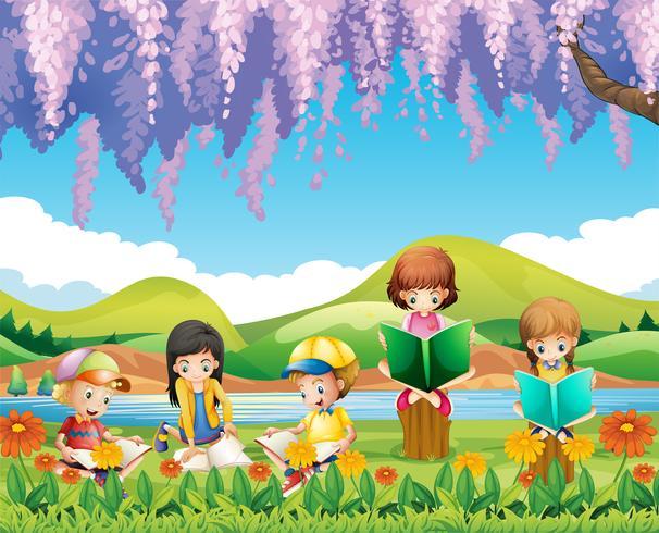 Niños leyendo libros en el parque