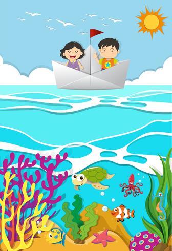 Kinderen roeien op papieren boot