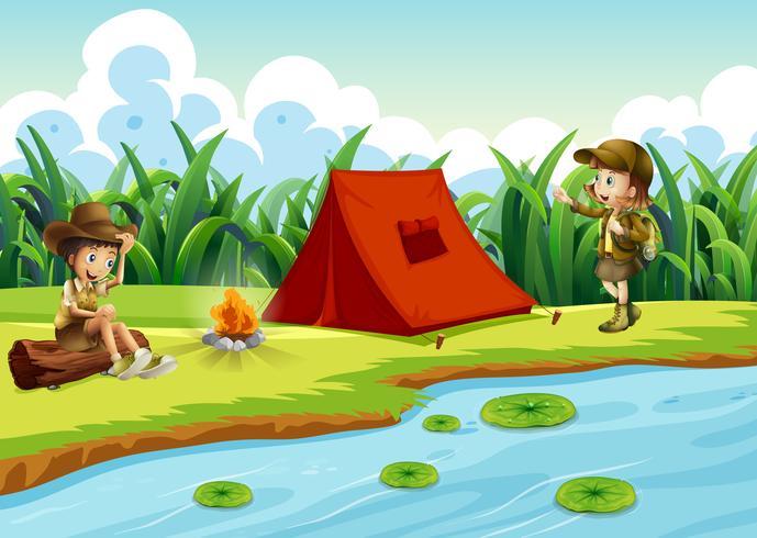 Enfants campant au bord de l'eau avec une tente