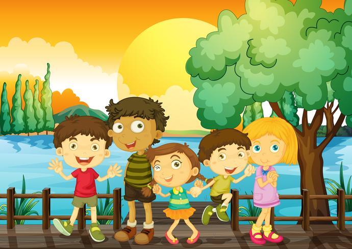 Niños en el puente al atardecer