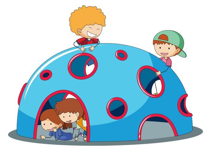 Niños jugando en el patio de cúpula escalador