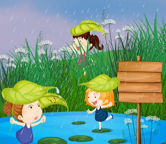 Bambini che giocano sotto la pioggia