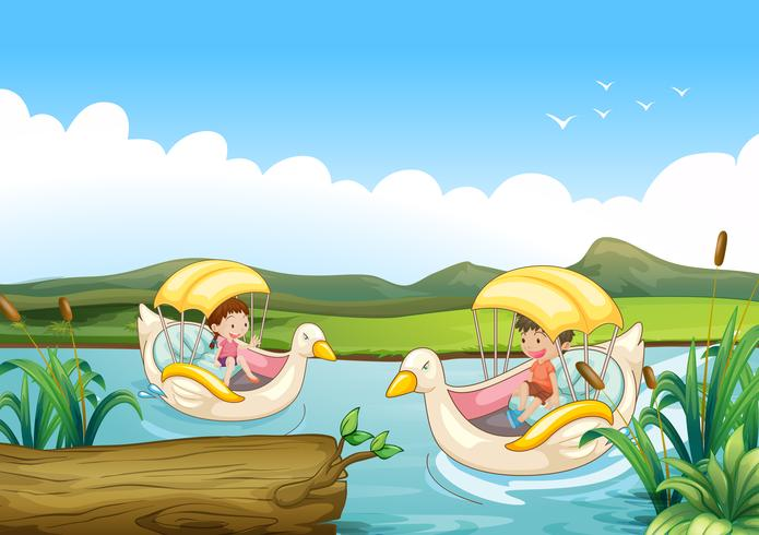 Zwei Schwanenboote am Fluss
