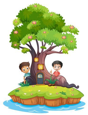 Dos niños en la parte trasera de la casa del árbol encantada