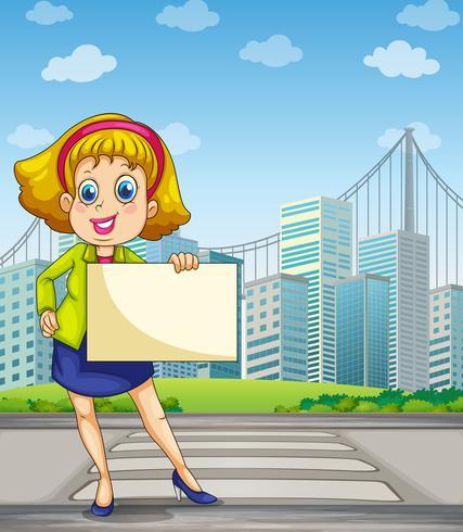 Een vrouw bij de voetsteeg die lege signage houdt