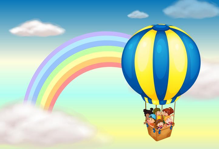Ein Heißluftballon in der Nähe des Regenbogens