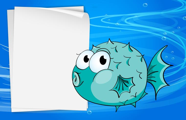 Un pez al lado de un papel bajo el mar.