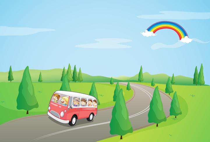 Un autobús con niños corriendo por la carretera curva. vector