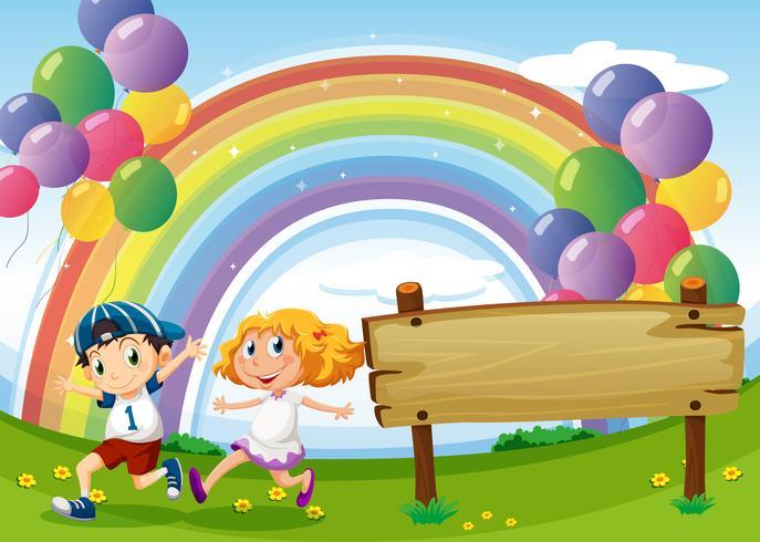 Een leeg bord en twee kinderen spelen onder de zwevende ballonnen en regenboog