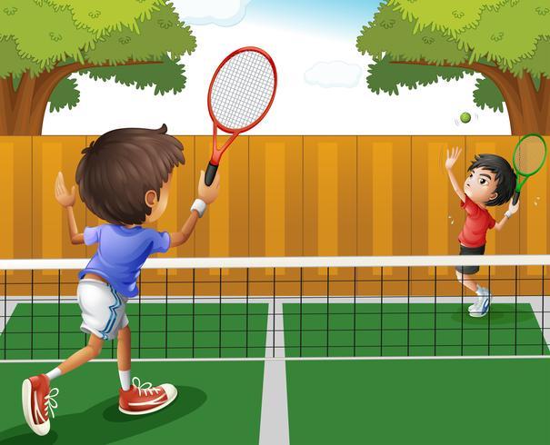 Zwei Jungen, die Tennis spielen