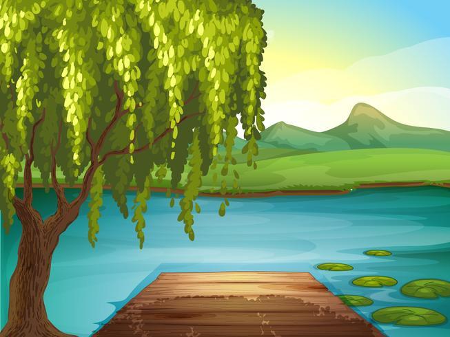 Een rivier en een houten bank