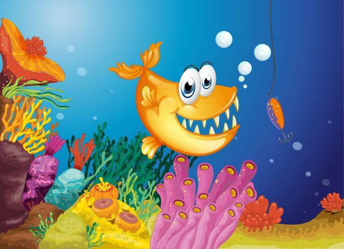 En apelsinfisk och en liten fisk fångad i en bete