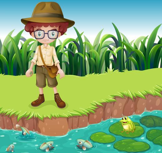 Ein ernsthaft aussehender Junge am Flussufer