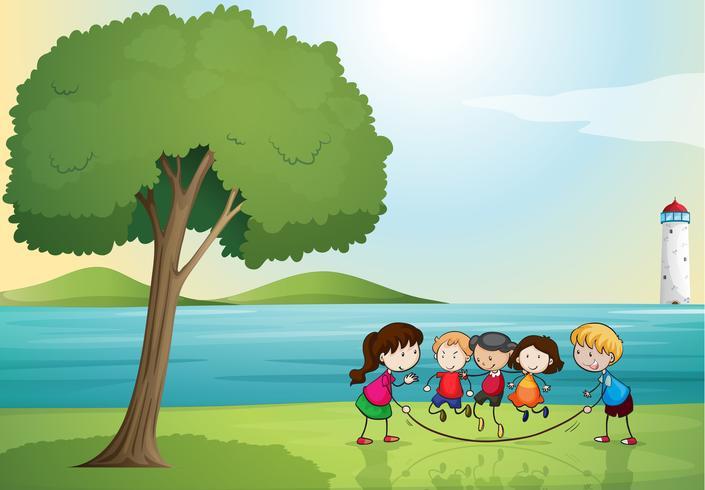 barn leker i naturen