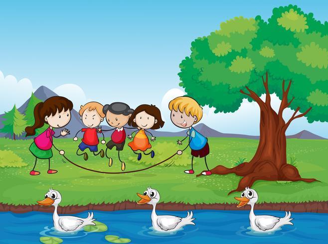 Spielende Kinder und Enten im Wasser
