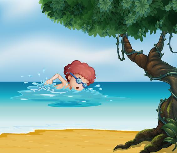 Ein junger Mann, der am Strand mit einem alten Baum schwimmt