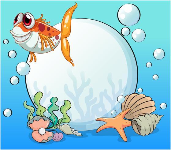 Un brutto pesce sotto il mare vicino alle perle