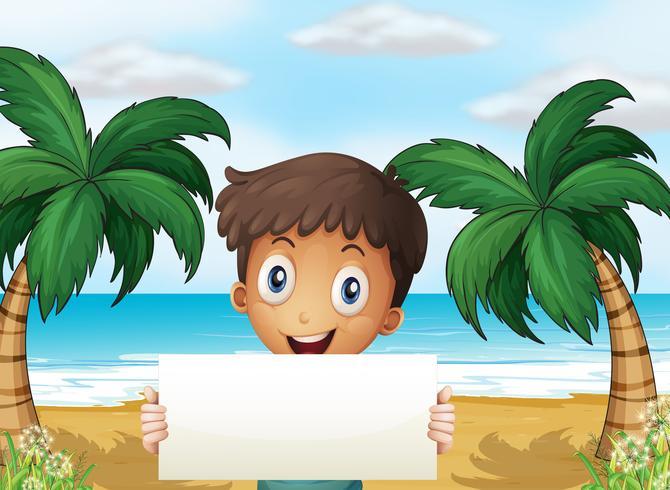 En pojke på stranden med en tom skyltning med ett leende