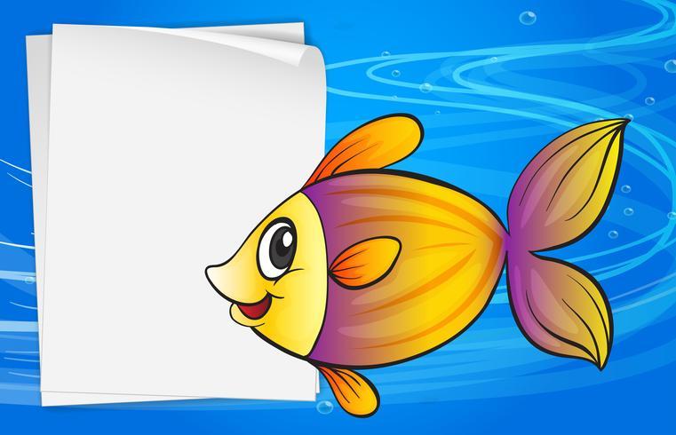 Ein Fisch neben einem leeren Schild