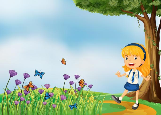 Una joven colegiala en el jardín con mariposas.
