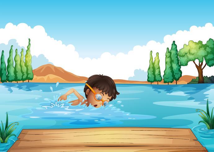 Een jonge man die in de rivier zwemt