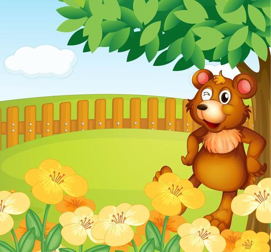 En björn som står nära blommorna