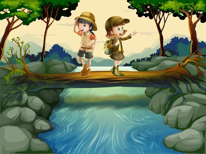 Twee kinderen steken de rivier over