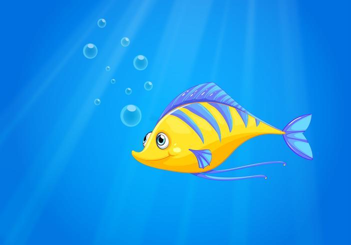 Un pez amarillo hambriento bajo el mar.