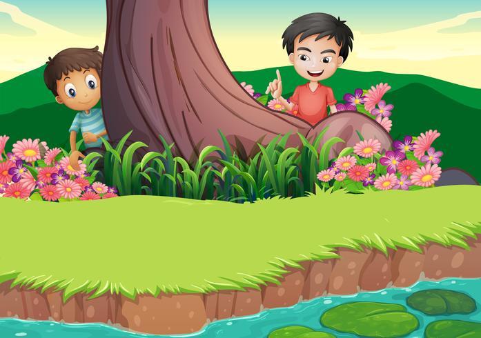 Dos niños escondidos en el arbol