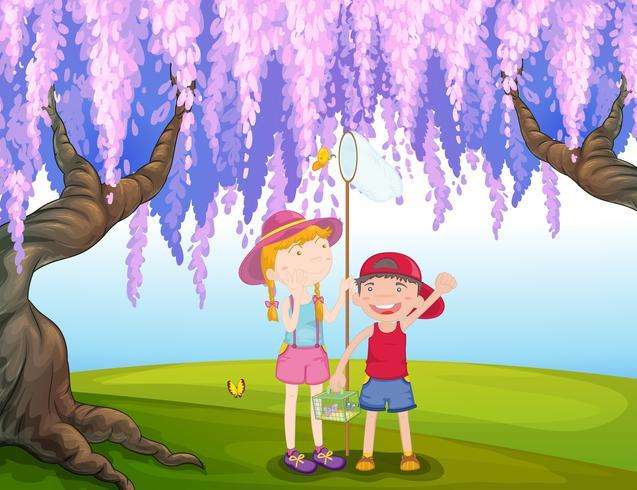 Uma menina e um menino pegando borboleta no parque