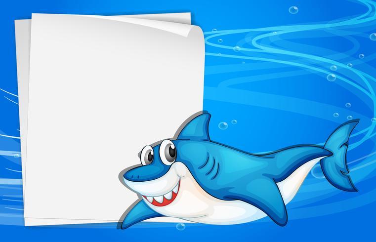 Un papier vide sous la mer à côté d'un requin