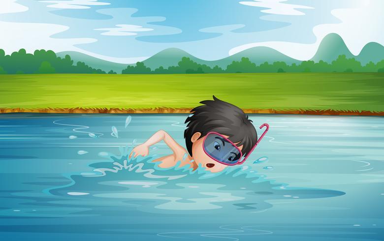 Een jongen die geniet van het koude water van de rivier