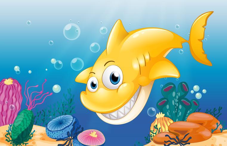 Un requin jaune souriant sous la mer
