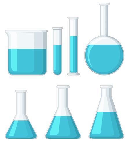 Verschiedene Becher gefüllt mit blauer Flüssigkeit