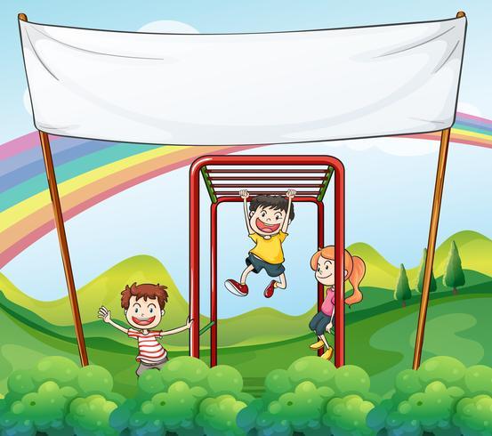 Tre barn leker i närheten av den tomma banderollen