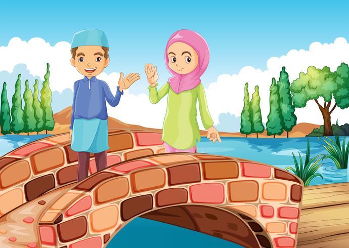 Una pareja musulmana saludando en el puente.