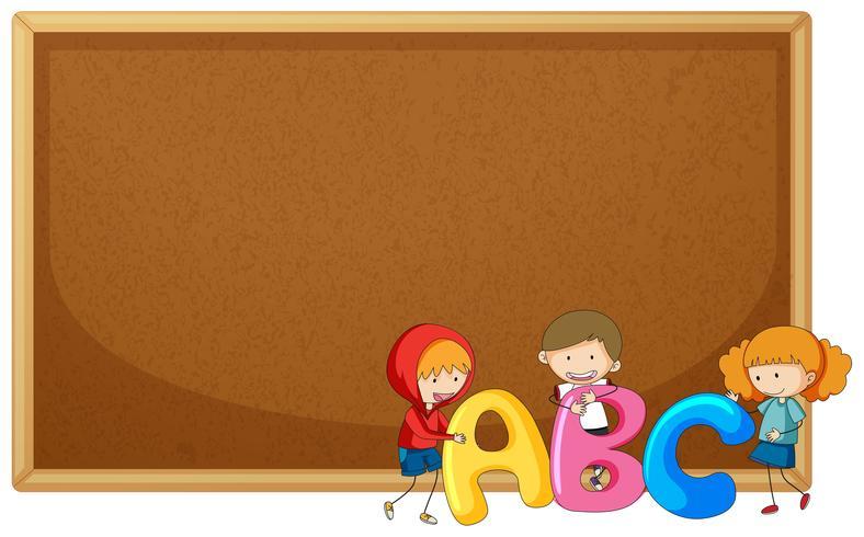 Ragazzi tenendo ABC nella bacheca
