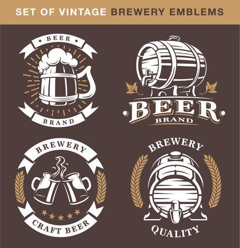 Conjunto de emblemas vintage cervejaria em fundo escuro vetor